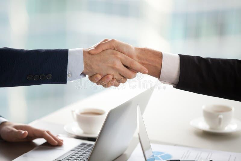 企业握手概念,在衣服的男性伙伴商人握手 图库摄影