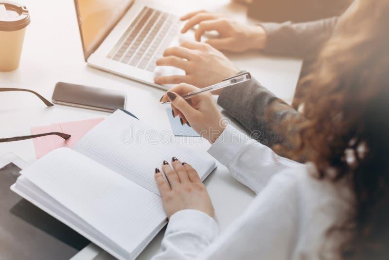 企业生意人cmputer服务台膝上型计算机会议微笑的联系与使用妇女 buiness队激发灵感顶视图,当一起时坐在办公室桌上 免版税库存照片