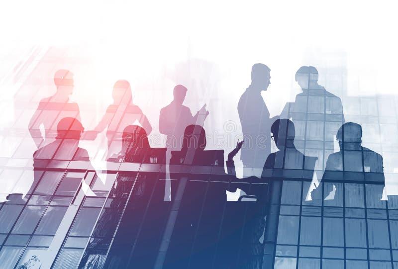 企业队在会议桌,摩天大楼上 向量例证