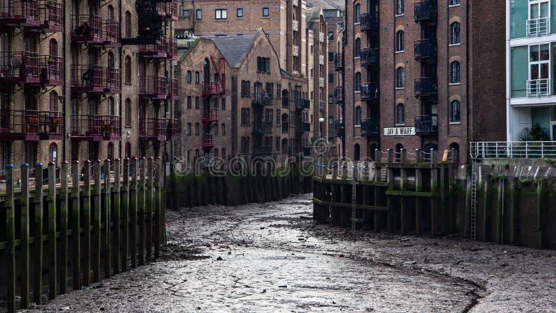 伦敦,英国- 2007年1月27日:干的Java码头,当泰晤士河是低的 这个通常好的河沿地点神色 免版税库存照片