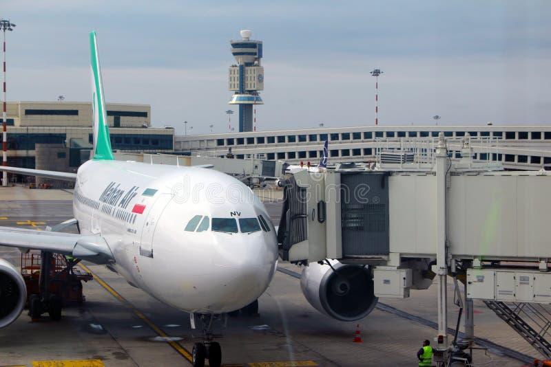 伊朗人马汉航空航空公司的飞机在意大利人马尔彭萨机场 免版税库存照片