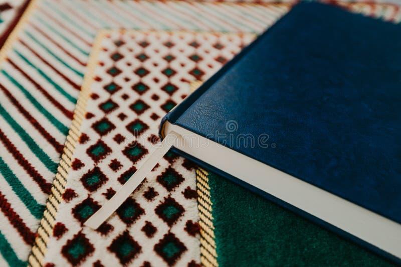 伊斯兰教的概念-在祈祷的圣洁古兰经暗淡-图象 库存图片