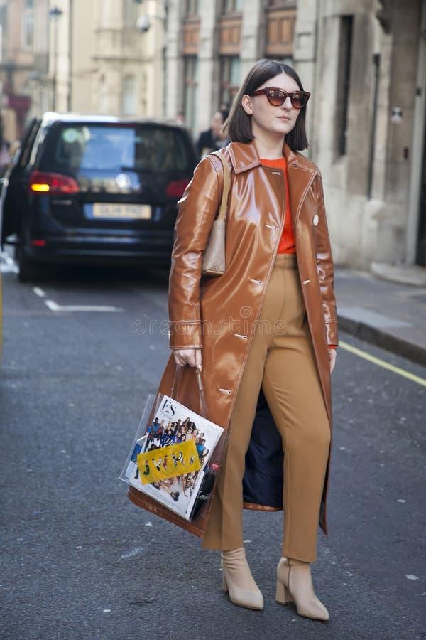 会集在180之外子线的时髦的到会者为伦敦时尚星期 免版税库存照片