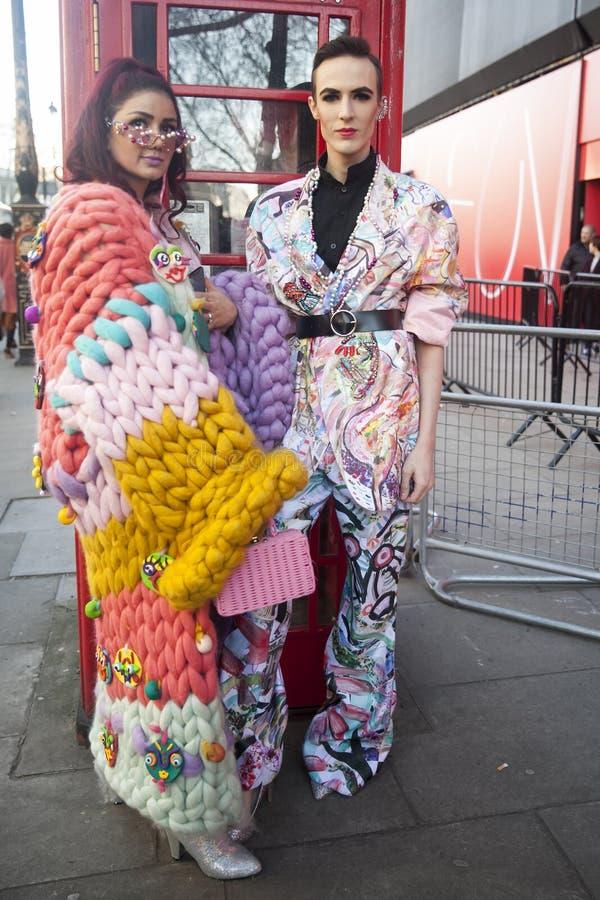 会集在180之外子线的时髦的到会者为伦敦时尚星期 库存图片