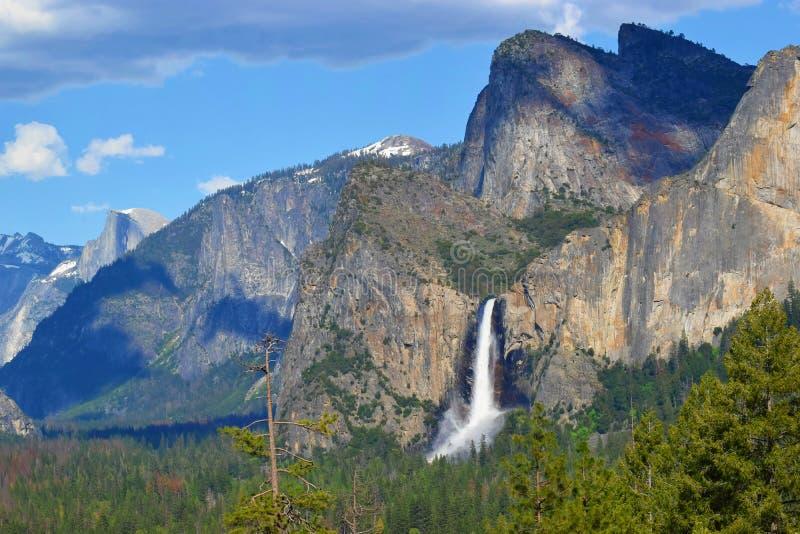 优胜美地谷,国立公园隧道视图,与瀑布的春天自然 免版税图库摄影