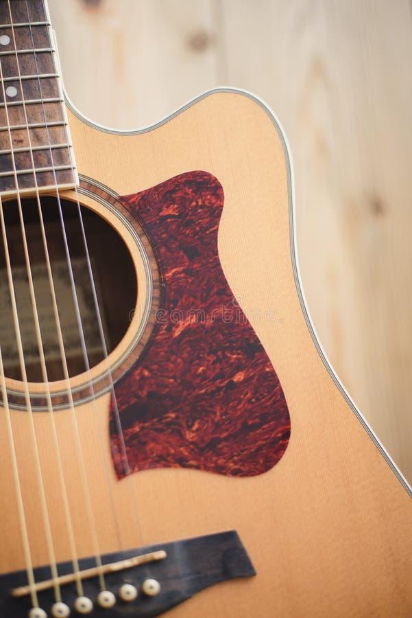 休息反对木背景的声学吉他 库存图片