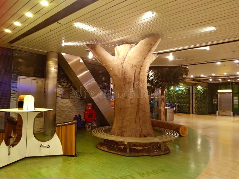 休息的放松地区在shiphol阿姆斯特丹机场里面 装饰由森林、森林和pur召回和启发 免版税库存照片