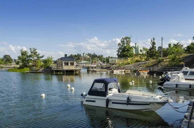 休闲小船在小游艇船坞Arkösund瑞典 免版税库存照片