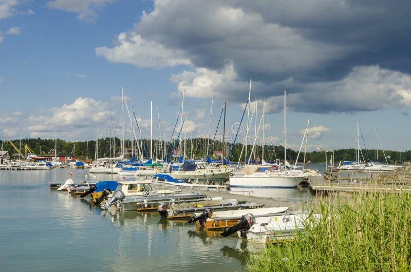 休闲小船在小游艇船坞Arkösund 库存照片