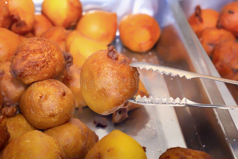 传统亚洲烹调新近地被烘烤的油炸圈饼在一个平底锅的在街道上 库存照片