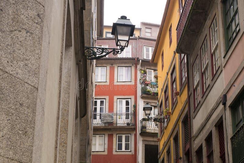 传统五颜六色的建筑学和华丽街灯在波尔图,葡萄牙 免版税库存照片