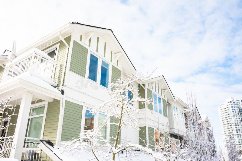 住宅连栋房屋和高层住宅在白色天空背景 免版税库存照片