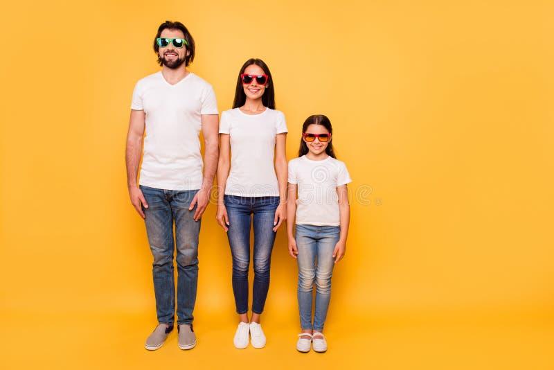 佩带五颜六色的3d现代eyewear的nice-looking可爱的迷人的快乐的人民全长身体尺寸画象  免版税库存图片