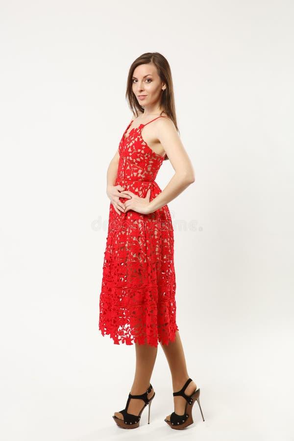 佩带典雅晚礼服红色褂子摆在的全长照片时装模特儿妇女隔绝在白色墙壁背景 免版税库存照片