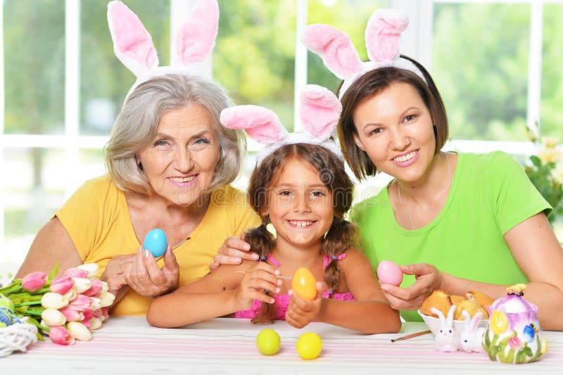 佩带桃红色兔子耳朵的幸福家庭画象 免版税库存照片