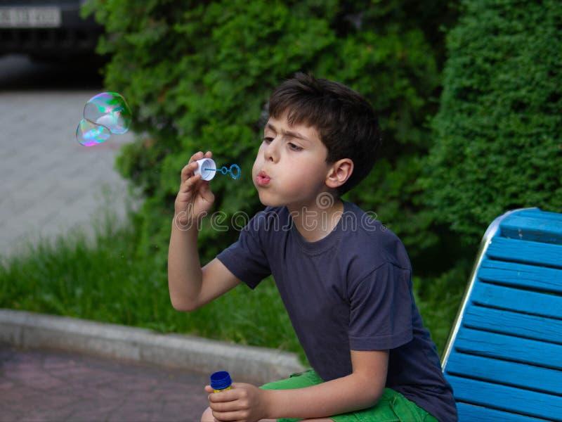 使用与肥皂泡的男孩 免版税库存图片