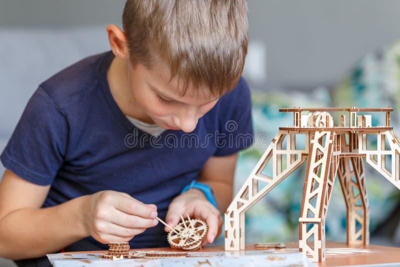 使用与eco木建设者的年轻男孩 库存图片