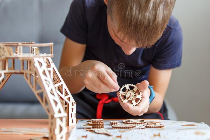 使用与eco木建设者的年轻男孩 免版税库存图片