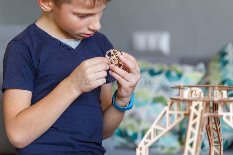 使用与eco木建设者的年轻男孩 库存照片