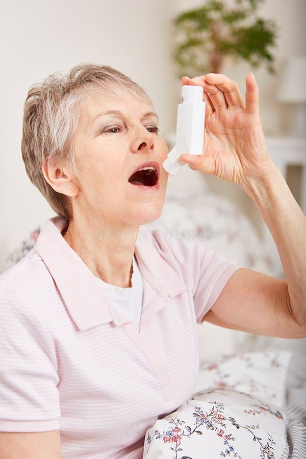 使用吸入器的资深妇女 库存图片