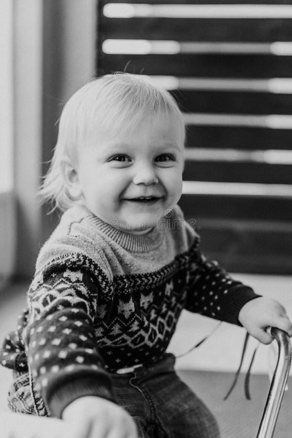 使用外面在木玩具自行车滑行车机动性的珍贵的可爱的逗人喜爱的矮小的白肤金发的小小孩男孩孩子微笑对来了 库存图片