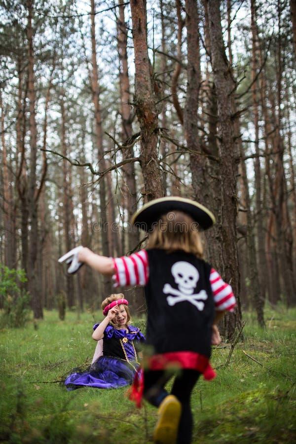 使用在森林佩带的服装的孩子 库存照片
