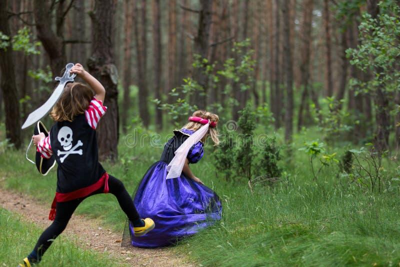 使用在森林佩带的服装的孩子 图库摄影