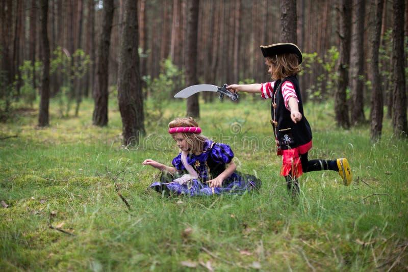 使用在森林佩带的服装的孩子 免版税库存照片