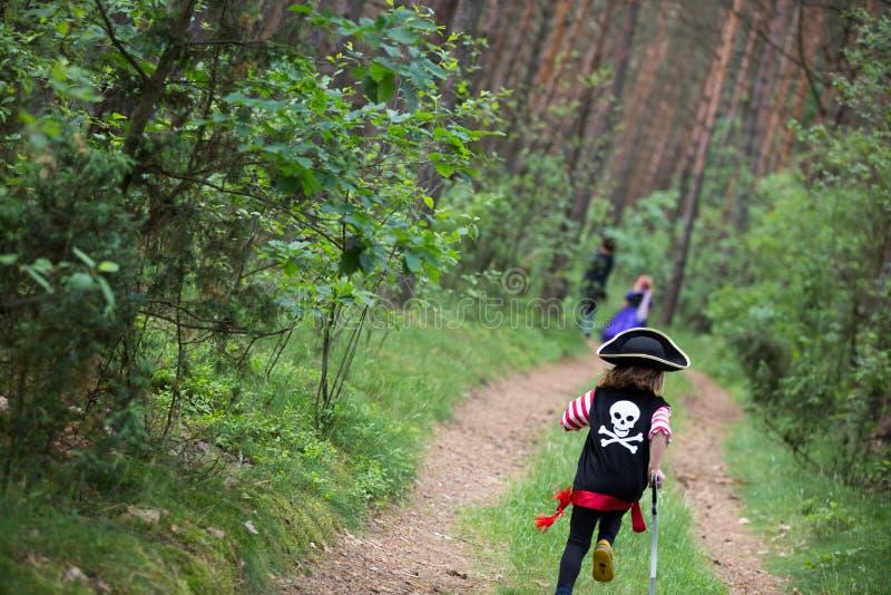 使用在森林佩带的服装的孩子 免版税库存图片