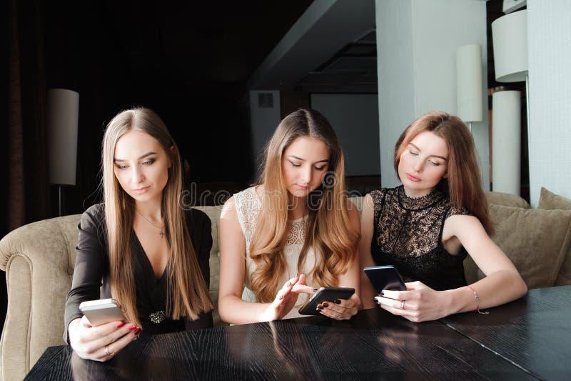 使用电话的年轻白种人妇女和对生活说不 智能手机瘾概念 免版税库存照片