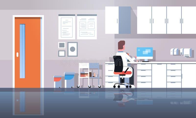 使用计算机背面图医生的人牙医坐的工作场所一致的运作的过程现代诊所办公室内部的 库存例证