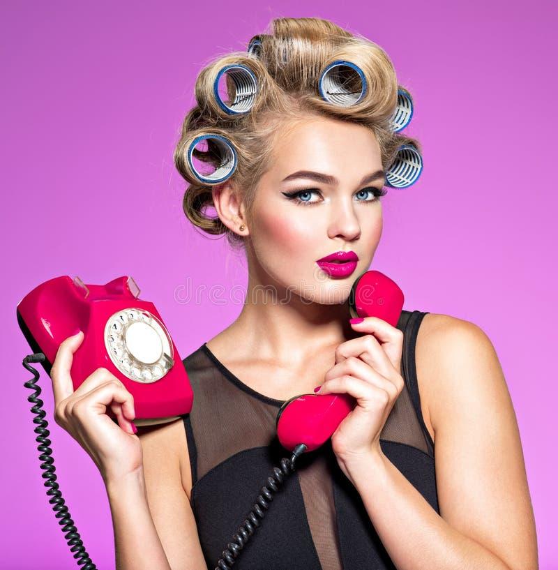 使用葡萄酒电话的一位atractive女性的Portrain 免版税库存图片