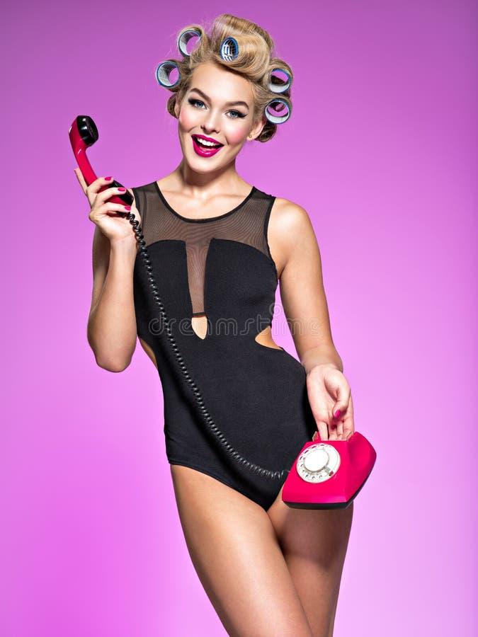 使用葡萄酒电话的一名可爱的妇女的Portrain 免版税库存照片