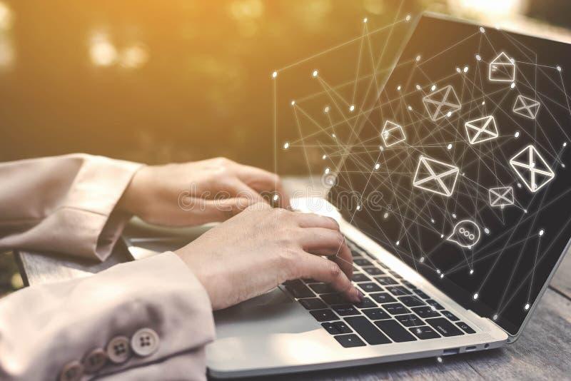 使用膝上型计算机,有电子邮件象的计算机的女商人手 自由职业者的商人,工作在办公室外的新一代 免版税库存照片