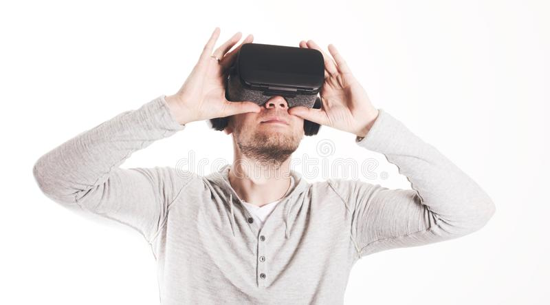 使用虚拟现实耳机的人在白色背景 免版税库存照片