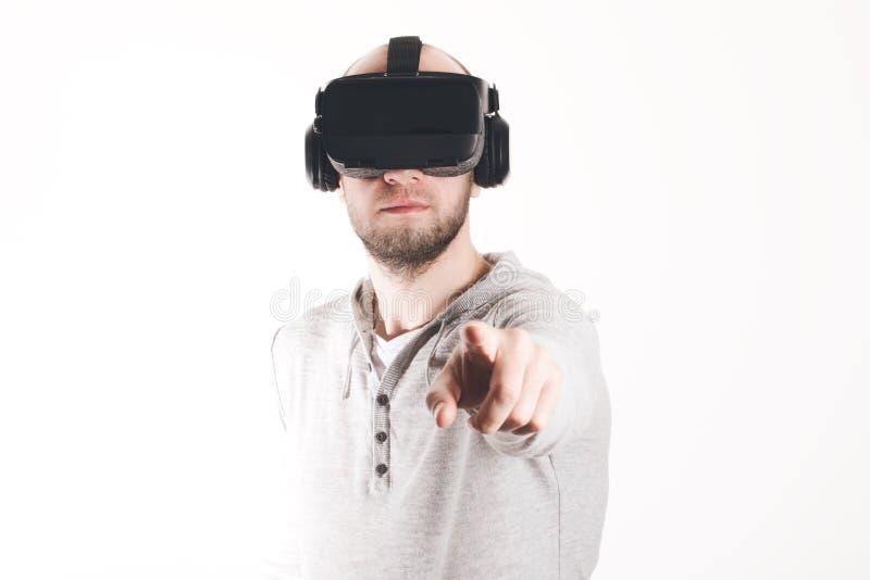使用虚拟现实耳机的人在白色背景 免版税库存图片