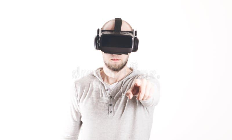 使用虚拟现实耳机的人在白色背景 库存图片