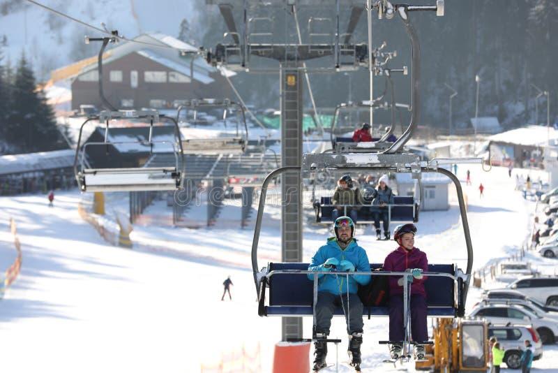 使用驾空滑车的人们在山滑雪场 库存照片