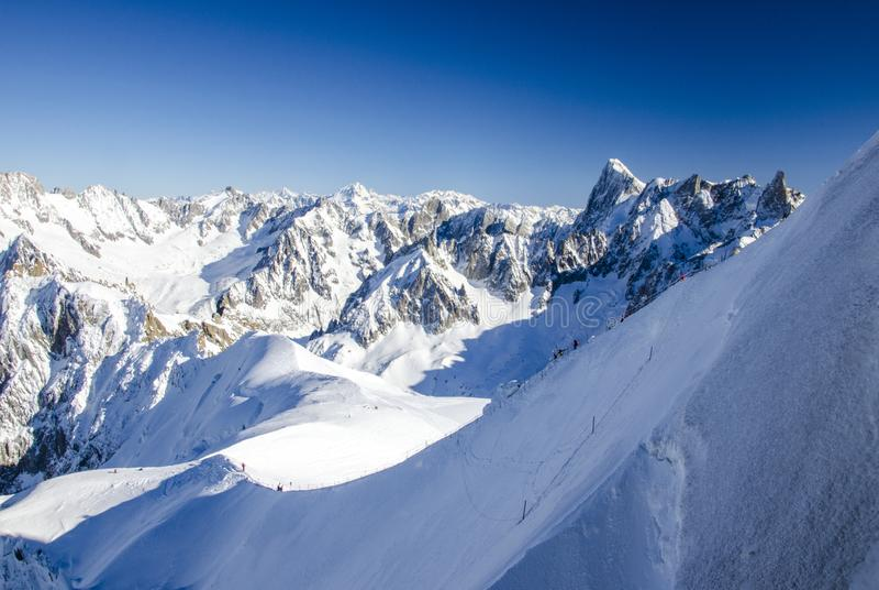 使用雪盖的法国阿尔卑斯惊奇看法  夏慕尼Mont布朗在冬时 完善的冬天目的地 免版税库存照片