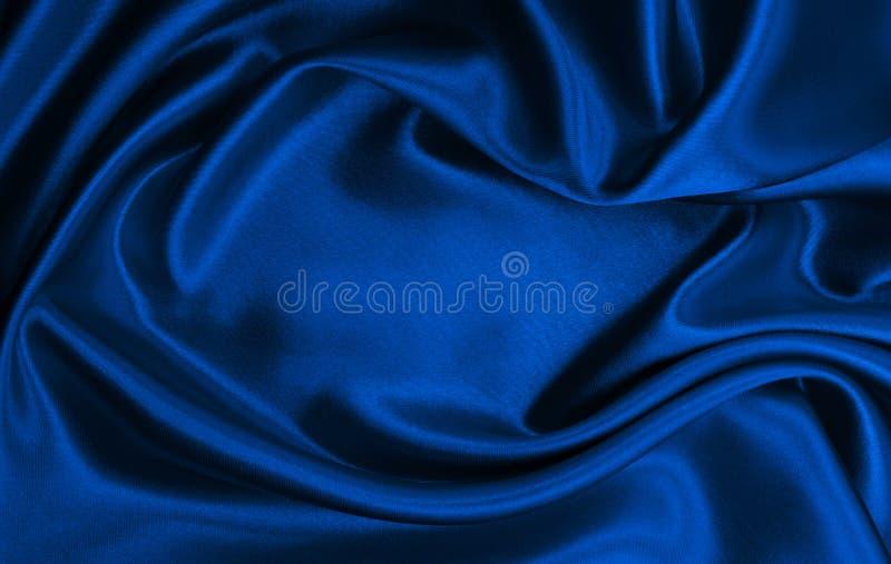 作为抽象背景的光滑的典雅的蓝色丝绸或缎豪华布料纹理 豪华圣诞节背景或新年 库存图片