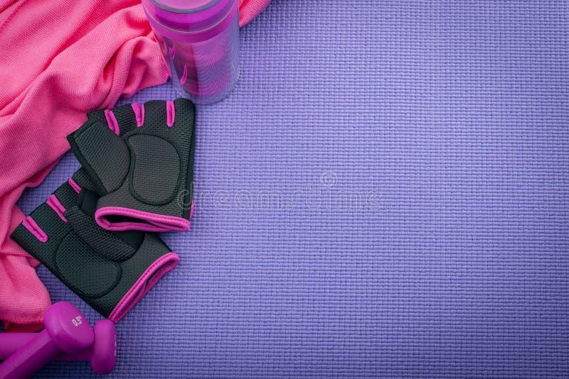 体育、制定出的和建身的概念用娘儿们锻炼设备象一个桃红色对健身房手套,两个哑铃或者重量 免版税库存照片