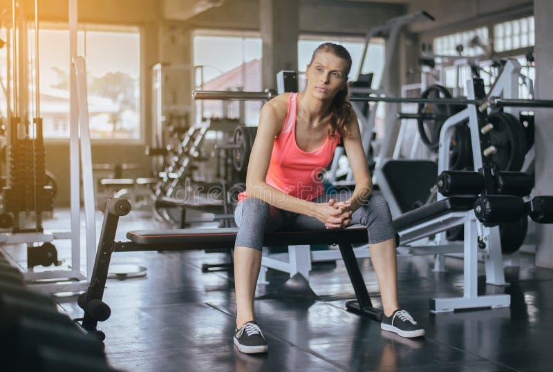 体育妇女开会和在健康训练、的概念和生活方式,女性以后放松疲倦与休假在锻炼以后 免版税库存图片