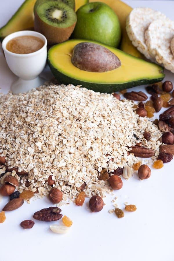 体育和饮食概念 健康早餐果子、蜂蜜、坚果和燕麦粥的成份在白色背景 库存照片
