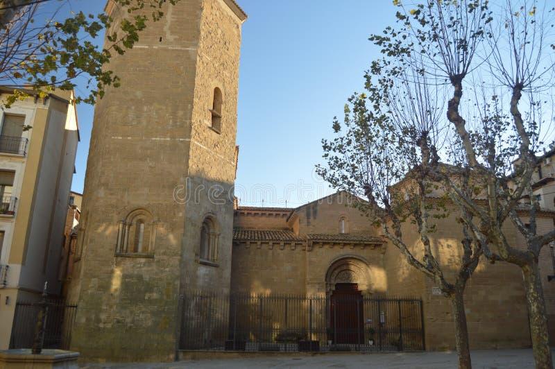 修道院教会圣佩德罗的美丽的主要门面约会在XIII世纪的老韦斯卡省 风景,自然,历史 免版税库存照片