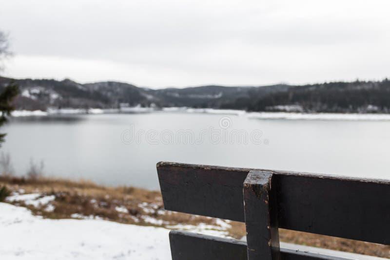 俯视湖的长凳角落出于焦点迷离 库存图片