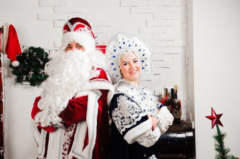 俄国圣诞节字符:Ded莫罗兹,圣诞老人和Snegurochka,摆在演播室的雪女孩 库存图片