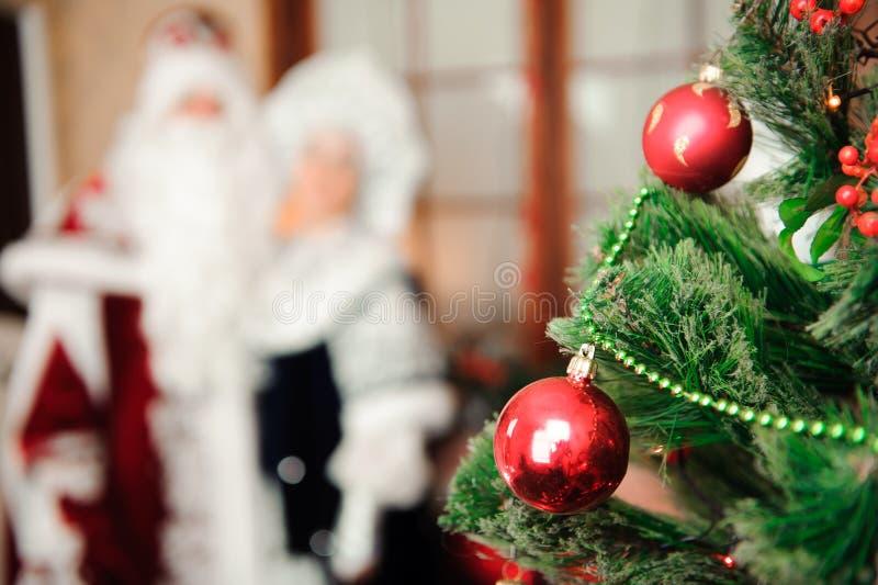 俄国圣诞节字符:Ded莫罗兹,父亲弗罗斯特和Snegurochka,雪未婚 图库摄影