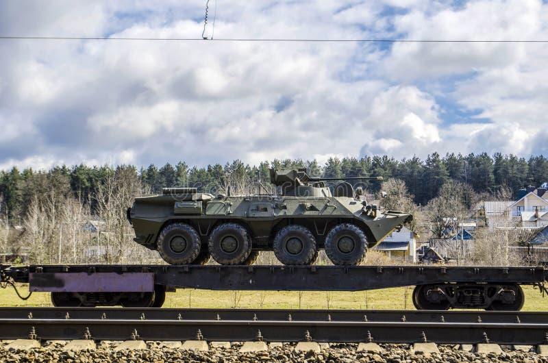 俄国军用设备被装载在货物铁路平台上 免版税库存照片