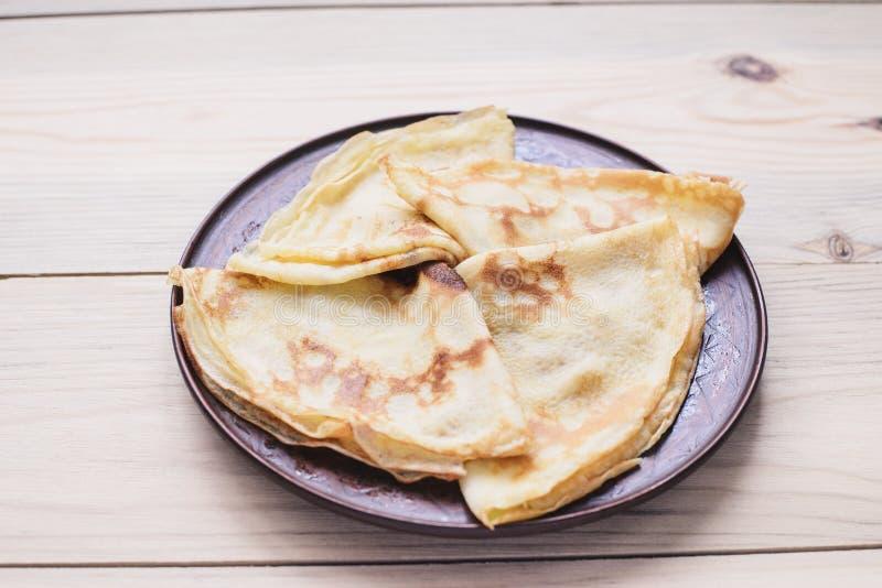 俄国稀薄的俄式薄煎饼薄煎饼 Maslenitsa Maslenitsa是Maslenitsa食物节日 与拷贝空间的顶视图 免版税图库摄影