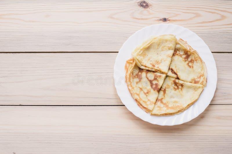 俄国稀薄的俄式薄煎饼薄煎饼 Maslenitsa Maslenitsa是Maslenitsa食物节日 与拷贝空间的顶视图 库存图片